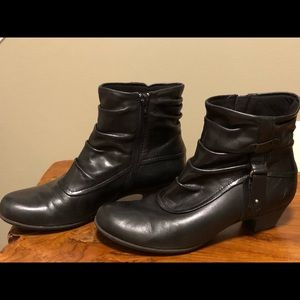 NEW! Slouchy Rockport black leather booties 🥾 👢